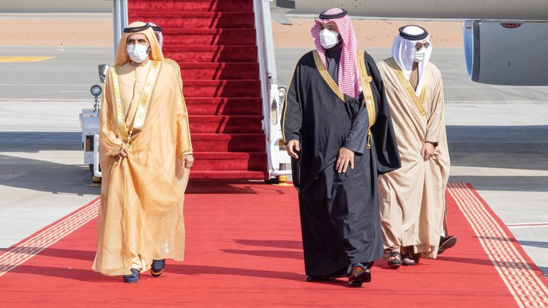 محمد بن راشد لدى وصوله إلى المملكة.. وفي استقباله ولي العهد السعودي. وام