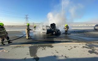 الصورة: حريق يلتهم مركبة فوق جسر القدرة