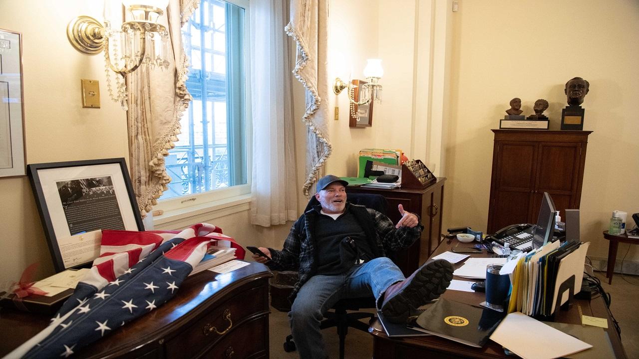 ريتشارد بارنيت تفاخر بما سرقه من مكتب بيلوسي بعد اقتحامه.