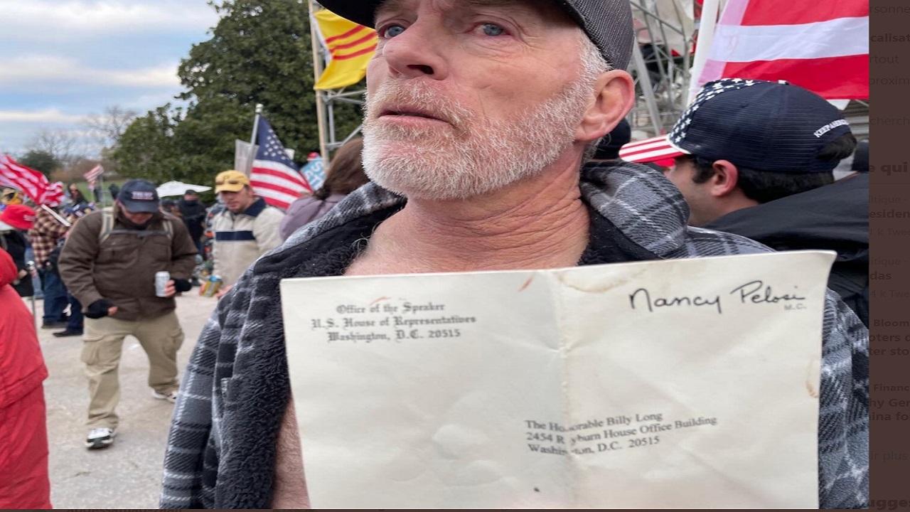 ريتشارد بارنيت يحمل مظروفاً سرقه من مكتب بيلوسي وعليه اسمها.