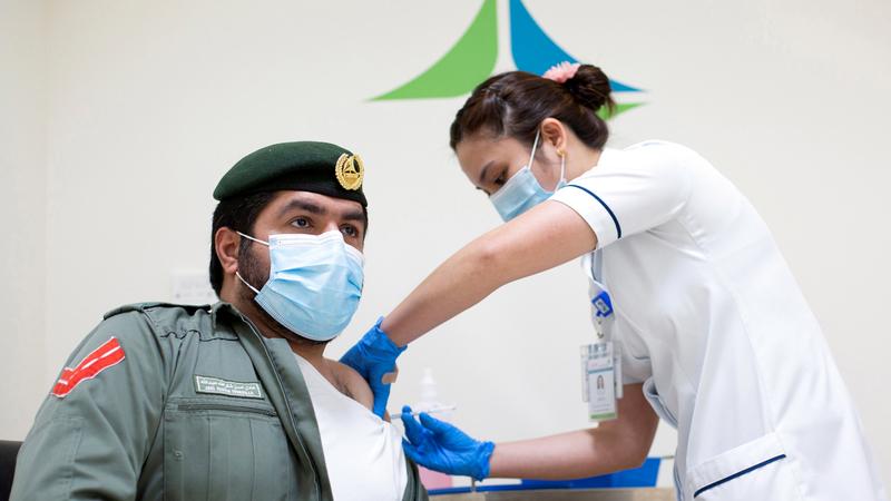 التطعيم يُعطى وفقاً لمراحل محدّدة بدأتها «الهيئة» بالفئات ذات الأولوية. الإمارات اليوم