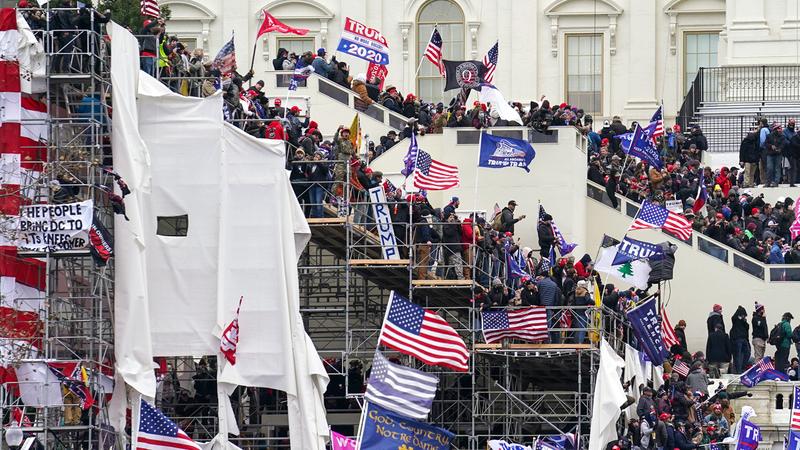 أنصار ترامب خلال اقتحام مبنى                                         الكونغرس. ■ أ.ب