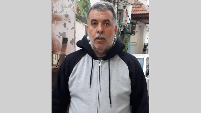 زهير الرجبي أمام منزله المهدد بالمصادرة بـ «بطن الهوى».  الإمارات اليوم
