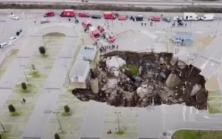الصورة: حفرة تبتلع موقف سيارات مستشفى إيطالي!