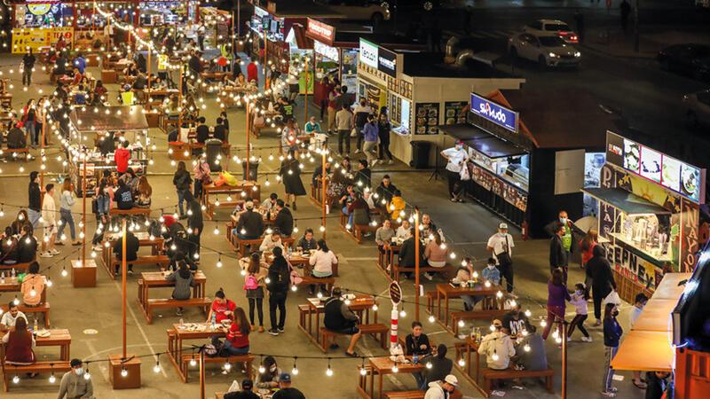 زوّار سوق المرقبات يستمتعون بتجربة مميزة في الهواء الطلق. من المصدر