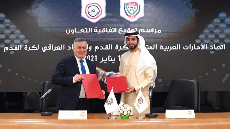 راشد بن حميد خلال توقيع الاتفاقية بحضور إياد بنيان. من المصدر