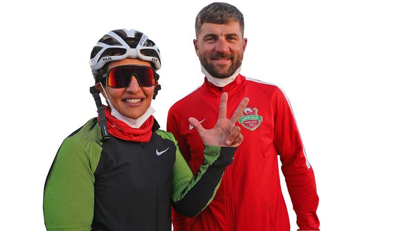 مدية آل مكتوم تشهر علامة النصر فرحاً بلقب سباق السيدات الإماراتيات لفئة الهواة بحضور مدربها.  من المصدر