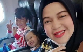 الصورة: «صلوا من أجلنا» ..رسالة أخيرة مؤثرة من أم وطفليها قبل تحطم الطائرة الإندونيسية