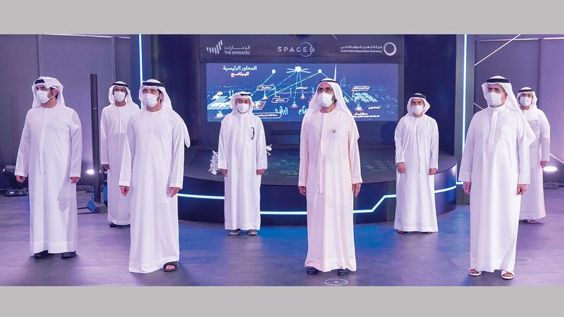 محمد بن راشد خلال زيارته لخيمة الابتكار في المركز الرئيس لهيئة كهرباء ومياه دبي. وام
