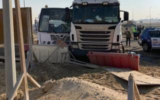 الصورة: إصابة 27 شخصاً نتيجة تصادم بين حافلة وشاحنة في دبي