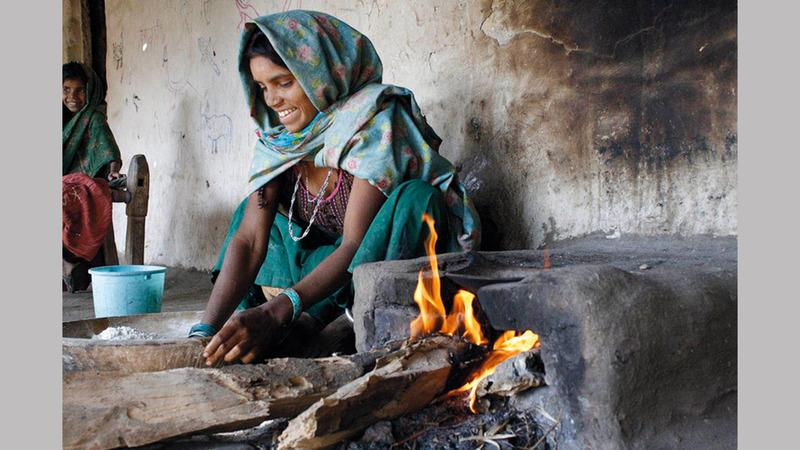 الفقر أحد الأسباب التي تجعل الناس يعيشون وسط أجواء غير صحية. أرشيفية