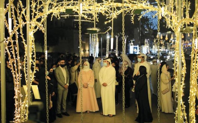 الصورة: «الحي».. رحلة فنية ساحرة من الأضواء والخيال في دبي