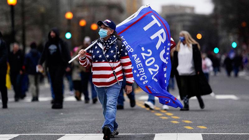 أنصار ترامب يزحفون نحو مبنى الكونغرس الأميركي.  إي.بي.إيه