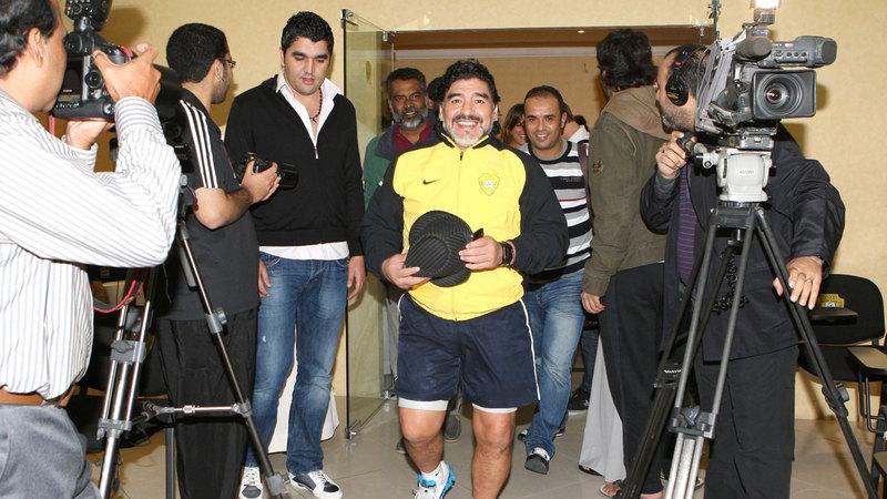الراحل مارادونا أثناء دخوله أحد المؤتمرات الصحافية خلال فترة تدريبه فريق الوصل.  الإمارات اليوم