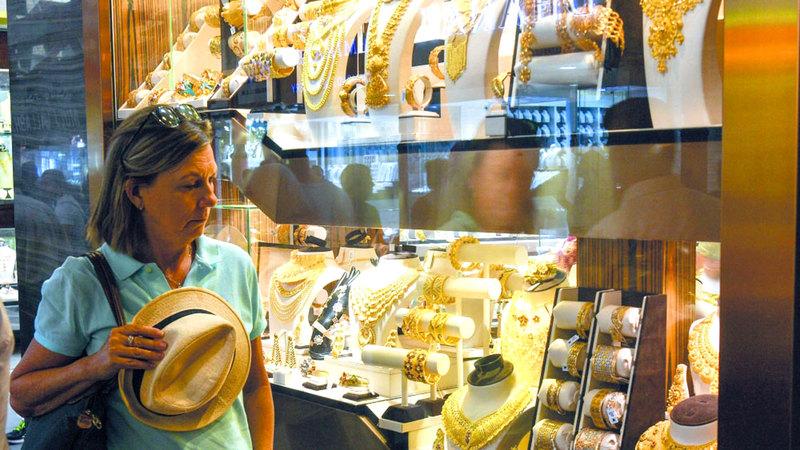 سعر غرام الذهب عيار 22 قيراطاً سجل 209.75 دراهم.■ أرشيفية