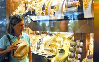 الصورة: سعر غرام الذهب ينخفض 8 دراهم في أسبوع.. وإقبال على شراء «العملات»