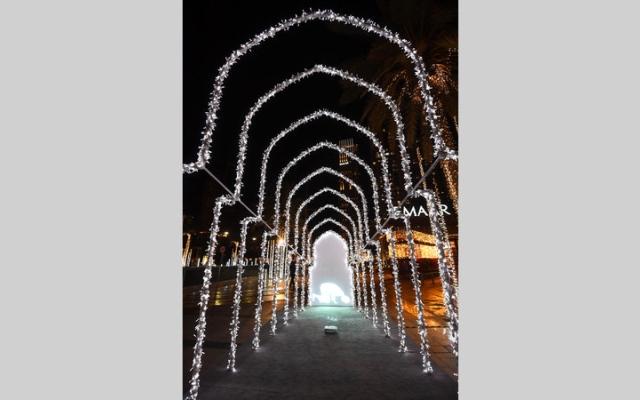 الصورة: رحلة في تراث «الحي» الإماراتي عبر الأضواء الملوّنة