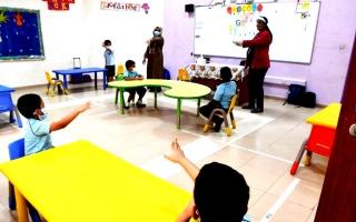 الصورة: «التعليم والمعرفة» تضاعف كثافة الصفوف والحافلات المدرسية