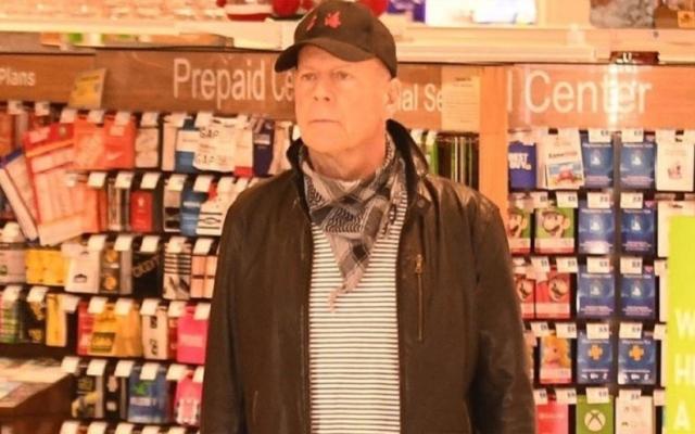 """الصورة: طرد """"بروس ويليس"""" من صيدلية لعدم ارتدائه الكمامة"""