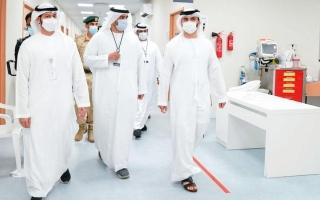 الصورة: منصور بن محمد يدعو الجميع إلى تلقي لقاح «كورونا»