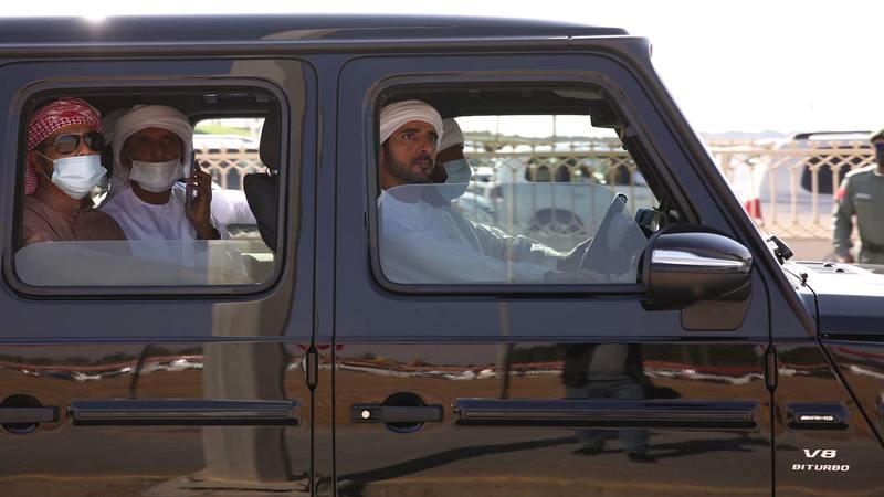 حمدان بن محمد خلال حضوره مهرجان ولي عهد دبي للهجن.     من المصدر