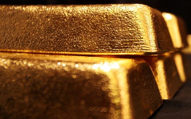 الصورة: الدولار يرتفع.. والذهب يتراجع 4% منذ بداية 2020