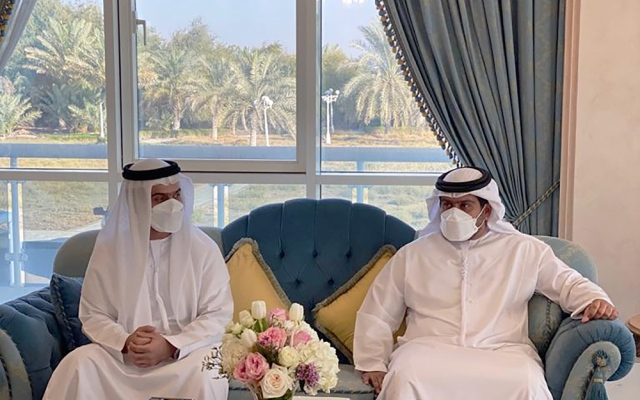 الصورة: سيف بن محمد والشيوخ يحضرون عقد قران سرور بن سعيد بن محمد آل نهيان