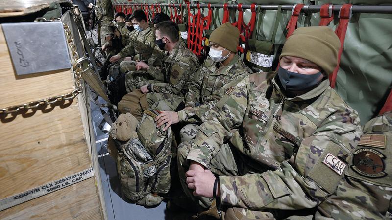 مجموعة من رجال الحرس الوطني يستعدون لمغادرة قاعدته في آلاسكا إلى واشنطن لتأمين حراستها يوم التنصيب.  أ.ب