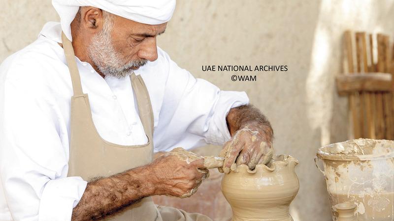 صناعة الفخار والخزف تمثل عاملاً مشتركاً بين كثير من الحضارات القديمة.  «الأرشيف الوطني»