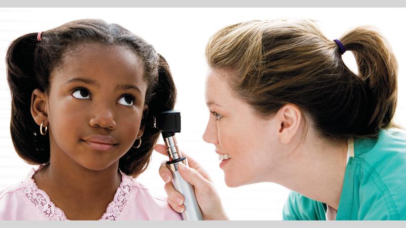 ينبغي فحص الأذن لدى الأطفال في حال معاناتهم من ألم غير واضح. ■ أرشيفية