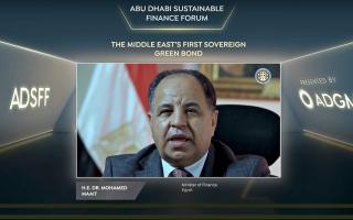الصورة: وزير المالية المصري يستعرض أول سند أخضر سيادي في المنطقة