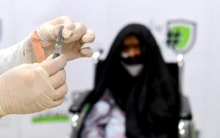الصورة: بالفيديو ..حملة وزارة تنمية المجتمع لتطعيم كبار المواطنين والمقيمين في دبي