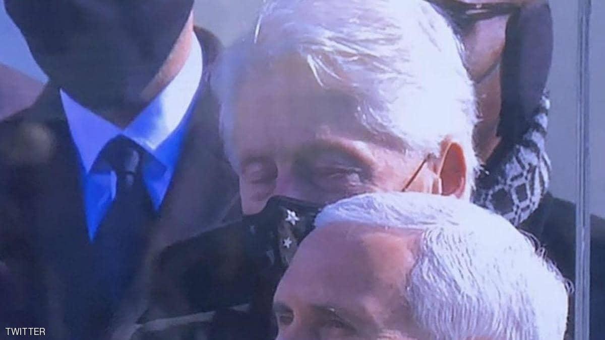 كلينتون وقد غلبه النوم خلال خطاب بايدن