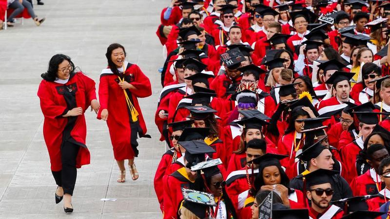 طلاب يعتقدون أن الدراسات العليا لن تغير من الأمر شيئاً.  أرشيفية