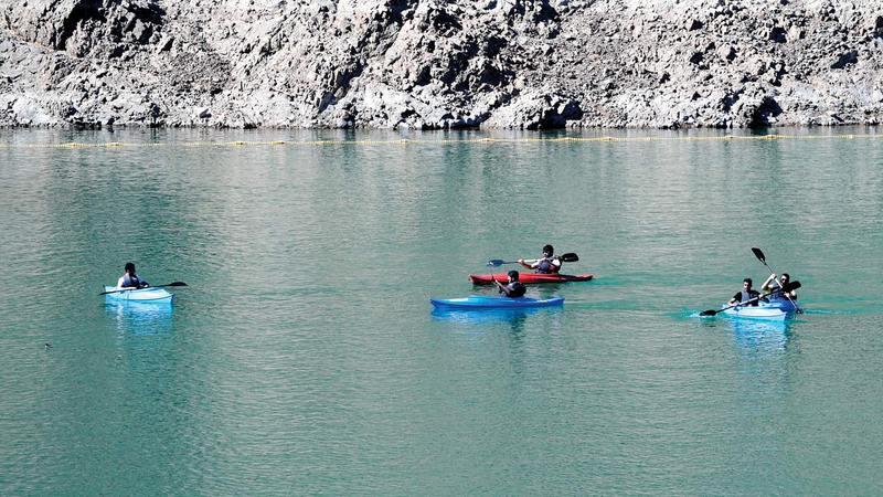 يمكن للزوّار ممارسة التجديف في بحيرة سد حتا. تصوير: باتريك كاستيلو