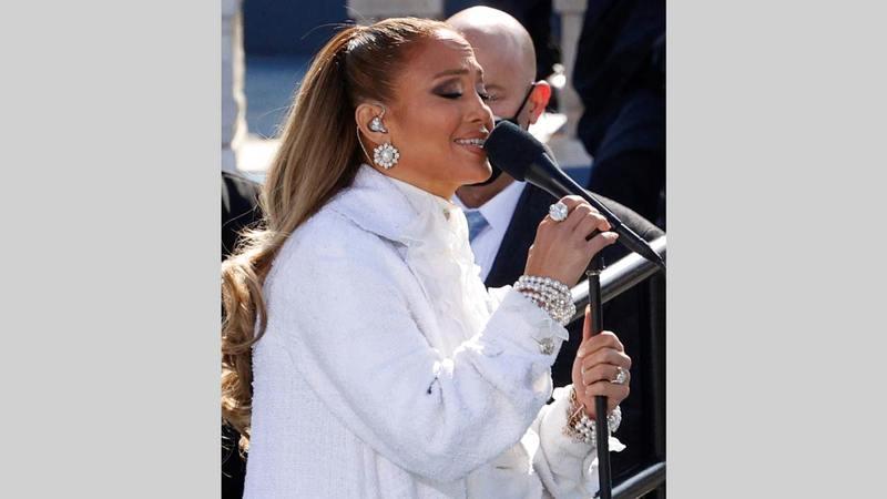 جنيفر لوبيز أدت أغنية «ذيس لاند إيز يور لاند» ببزة بيضاء بالكامل مع ياقة من الدانتيل من دار «شانيل».