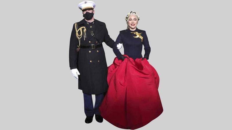 ليدي غاغا ظهرت بفستان بأكمام طويلة باللون الأزرق الداكن من الأعلى مع تنورة واسعة باللون الأحمر القرمزي من تصميم دار «سكاباريلي».