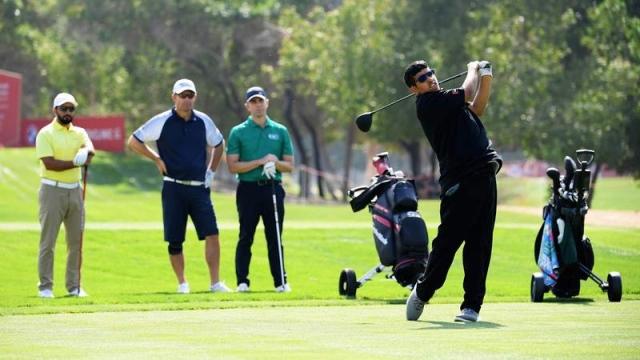 صورة نجم الأولمبياد الخاص بن صميدة يلعب الغولف مع البطل العالمي هارينغتون – رياضة – محلية