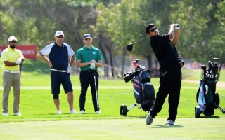 الصورة: نجم الأولمبياد الخاص بن صميدة يلعب الغولف مع البطل العالمي هارينغتون