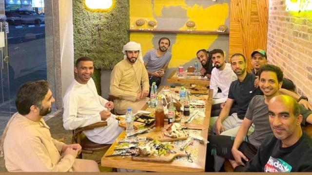 صورة قضاة الملاعب يستمتعون بـ «عشاء جماعي»