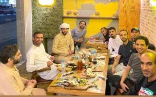 الصورة: قضاة الملاعب يستمتعون بـ «عشاء جماعي»