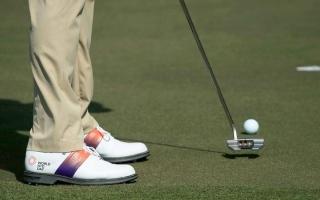 الصورة: أحذية خاصة لنجوم الغولف للتوعية بالأمراض المعدية