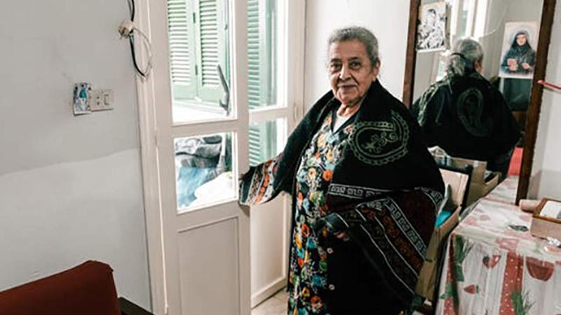 • تعيش تيريز (85 عاماً) في الكرنتينا، أحد أحياء بيروت التي هزّها انفجار المرفأ في 4 أغسطس 2020. وأصيبت تيريز بجروحٍ طفيفة، إلا أنّ منزلها دمّر جرّاء الانفجار. وتعطّلت آلة الخياطة التي تملكها، ما حرمها مصدر رزقها الوحيد المتواضع.