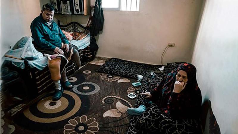 توفيق وهنادي، اللذان فقدا أحد أولادهما بالحرب في سورية، ولم يتلقيا أي أخبار عن ولدهما الآخر منذ 10 سنوات، لم يعيشا حياةً سهلة. ولم يتوقعا أنه سيتعين عليهما تجاوز المزيد من الصعوبات، عندما وصلا إلى لبنان.