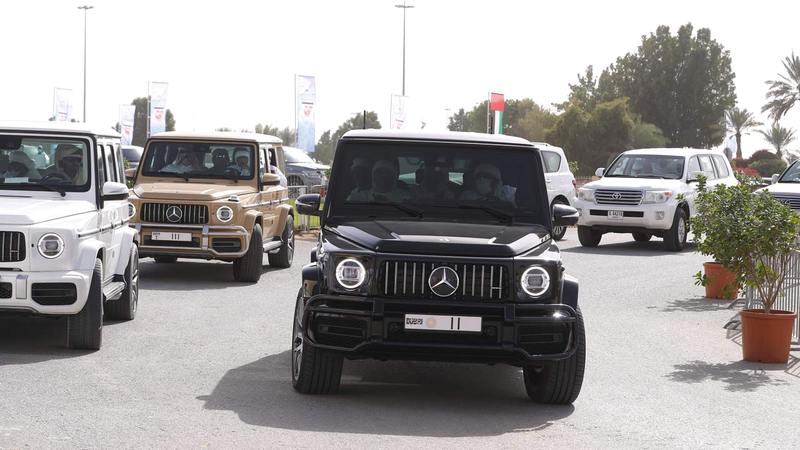 حمدان بن محمد خلال حضوره مهرجان ولي عهد دبي للهجن في المرموم.   من المصدر