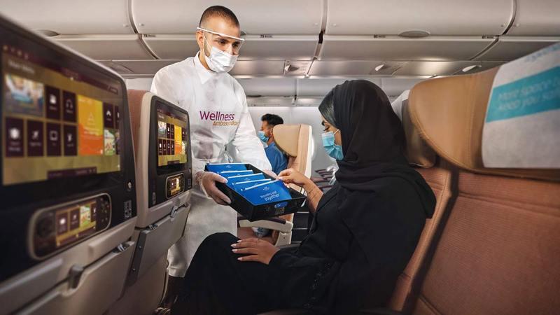 أفراد من طواقم الضيافة الجوية تلقوا التطعيم في «مركز الاتحاد للطيران الطبي».   من المصدر