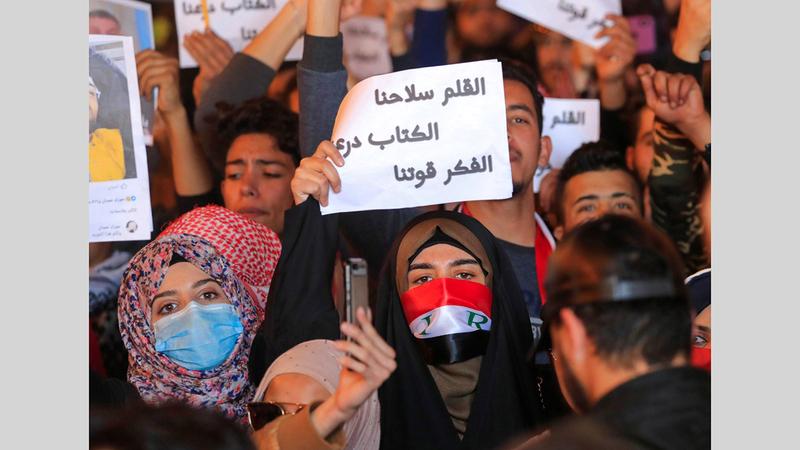 العراقيون يخرجون قبل نحو عام إلى الشوارع مطالبين بحياة أفضل.  أرشيفية