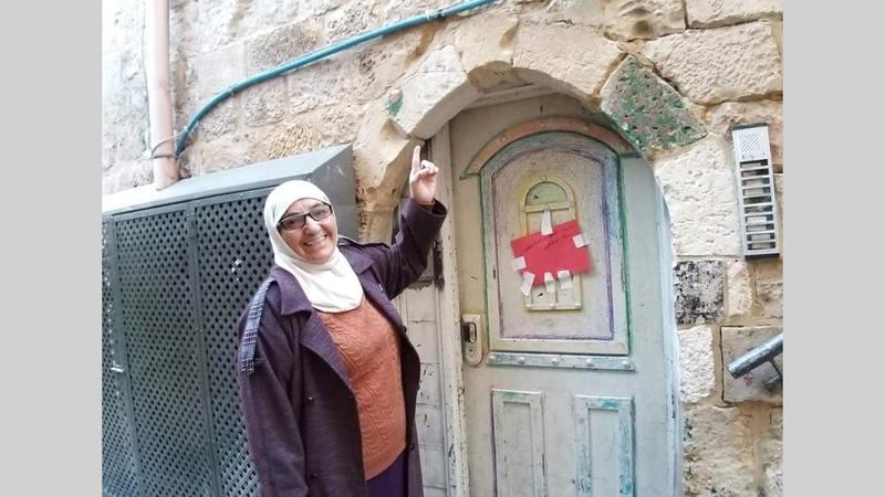 المغربية المقدسية أمام غرفتها في زاوية المغاربة. الإمارات اليوم