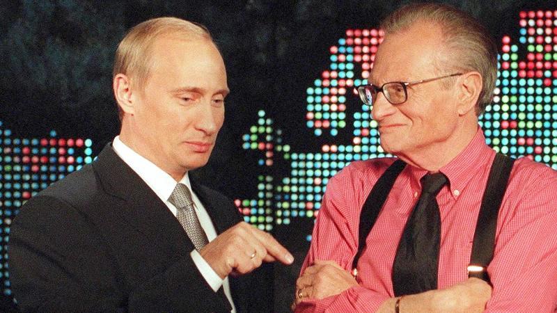 يحاور الزعيم الروسي فلاديمير بوتين.  إي.بي.إيه