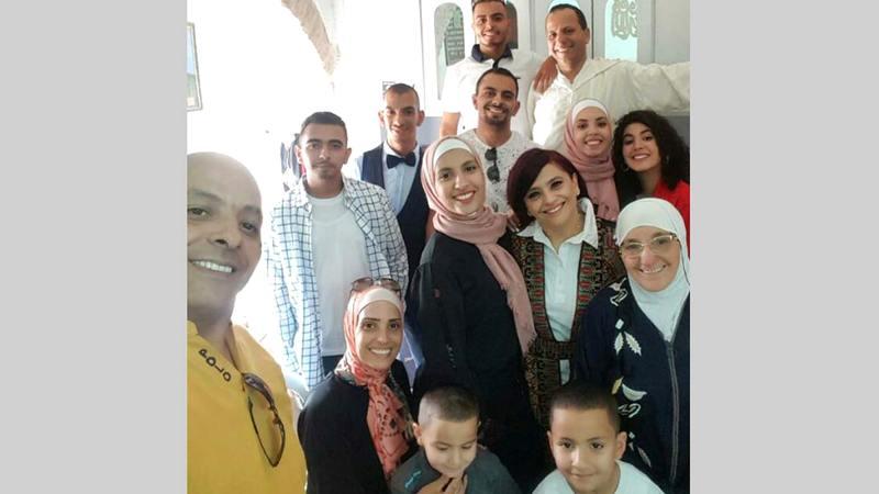 الأبناء والأحفاد يلتفون حول الحاجة عائشة في غرفتها.  الإمارات اليوم